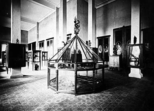 Many original museum display cases from the 1920s are still in use at the National Museum of Cambodia. Photo courtesy Nicole Groslier.
