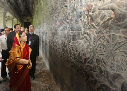India and Cambodia: The President of India, Smt. Pratibha Devisingh Patil, look at the Wall Curving of Ramayana & Mahabharata Story on Angkor Wat Temple in Siem Reap, Cambodia.