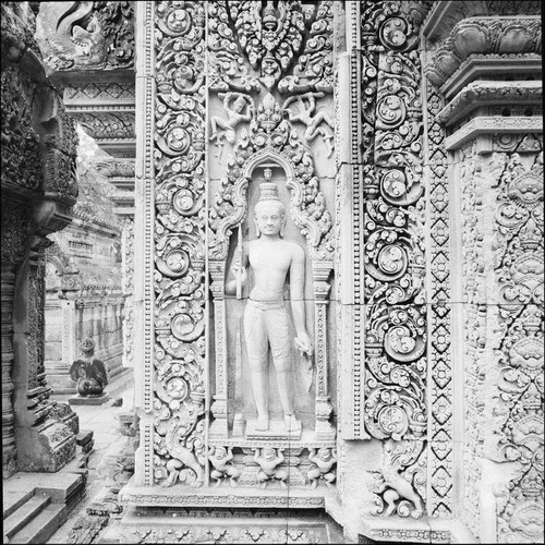Discovering Angkor: Banteay Srei, dvarapala, guardian of the false west front door, central sanctuary, photographer Luc Ionesco © EFEO.