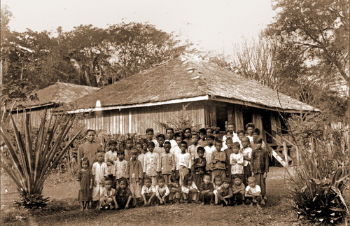 Banteay Chhmar school, teacher & students at Sisophon in 1924. © National Museum of Cambodia